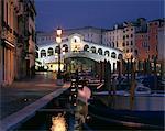 Le pont du Rialto, éclairée la nuit à Venise, du patrimoine mondial de l'UNESCO, Veneto, Italie, Europe