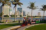 Train dans le parc et la skyline de crique de Sharjah, Sharjah, Émirats Arabes Unis, Moyen-Orient