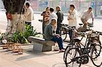 Amateurs d'oiseaux sur rue, la ville Guangzhou (Canton), Guangdong, Chine, Asie