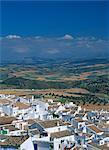 Blanc peint des maisons dans la ville de Olvera, avec des champs et des collines en arrière-plan, en Andalousie, Espagne, Europe
