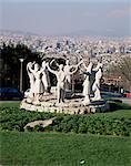 Monument à la sardane, Montjuic, avec toits de Barcelone au-delà, Barcelone, Catalogne, Espagne, Europe