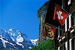 Sommets enneigés, la Staubbach falls et drapeaux en Berne et Suisse, Lauterbrunnen, Berne, Suisse, Europe