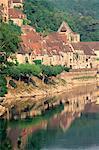 Village reflète dans l'eau de la rivière Dordogne, La Roque-Gageac, Dordogne, Aquitaine, France-Europe