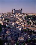 L'Alcazar s'élevant au-dessus de la ville, Tolède, Castille-La Mancha, Espagne, Europe