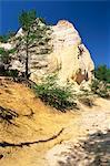 Chemin d'accès sous des falaises dans le Colorado provençal, Rustrel, Vaucluse, Provence, France, Europe