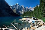 Canoës à louer sur la rive du lac Moraine, avec vue sur le pics Wenkchemna, Parc National Banff, patrimoine mondial de l'UNESCO, Alberta, Canada, Amérique du Nord