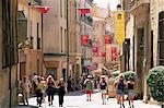 Gens dans la Rue Gaston-de-Saporta, Aix-en-Provence, Bouches du Rhône, Provence, France, Europe