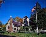 Drapeau américain flotte à l'extérieur de l'église de St. Pauls sur la rue principale de Stockbridge, une ville de Berkshire, Massachusetts, New England, États-Unis d'Amérique, Amérique du Nord
