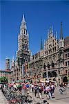 Touristes sur la place Marienplatz devant le nouvel hôtel de ville dans la ville de Munich, Bavière, Allemagne, Europe