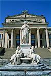 Le monument de Schiller et Schauspielhaus sur le Gendarmenmarkt à Berlin, Allemagne, Europe