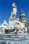 Statues du monument Schiller dans le Gendarmenmarkt à Berlin, Allemagne, Europe