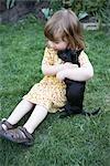 Petite fille jouant avec un chiot