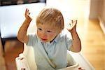 Petit garçon en chaise haute, faire un gâchis avec sa nourriture