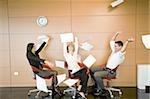 Employés de bureau vomir des documents dans l'air