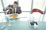 Kaufmann Essen Pizza am Schreibtisch