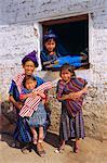 Famille en costume traditionnel, Santa Caterina Papopo, Guatemala, Amérique centrale