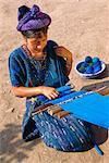 Fille de tissage traditionnel huipil, Santa Caterina Papopo, Guatemala, Amérique centrale