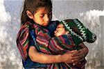 Petite fille tenant le sommeil de bébé, Santa Catarina Palopo, le Guatemala, l'Amérique centrale