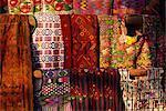 Traditionnel huipiles tissés dans le marché, Chichicastenango, quiche aux Highlands, le Guatemala, l'Amérique centrale