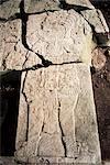 La stèle 1, datant de 741AD, avec des côtés coupées par les pilleurs, Aguateca, Petén, Guatemala, Amérique centrale