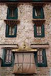 Gros plan de l'architecture de la fenêtre dans un bâtiment à Lhassa, Tibet, Chine, Asie