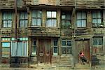 Petit enfant à la porte d'une maison en bois traditionnelle à Heybeliada sur les îles des Princes, Turquie, Asie mineure, Eurasie