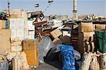 Marchandises sur ancrer en attente d'être chargé à bord des bateaux à voile pour le transport, Deira, Dubai, Émirats Arabes Unis, Moyen-Orient