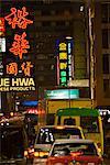 Rue animée de Kowloon à nuit, Hong Kong, Chine, Asie