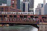 Un train de El sur l'elevated train système passage Wells Street Bridge, Chicago, Illinois, États-Unis d'Amérique, l'Amérique du Nord