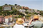 Vue arrière de touristes photographiant un port, Marina Grande, Capri, Sorrento, péninsule de Sorrente, Province de Naples, Campanie, Italie