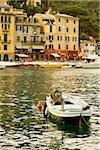 Bateau amarré dans un port, Riviera italienne, Porticciolo, Portofino, Gênes, Ligurie, Italie