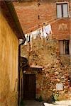 Vêtements suspendus à sécher sur une corde à linge, Monteriggioni, Province de Sienne, Toscane, Italie