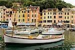 Péniches amarrées à un port, Riviera italienne, Portofino, Gênes, Ligurie, Italie
