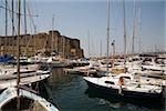 Voiliers amarré dans un port de plaisance avec un château en arrière-plan, Borgo Marinaro, Castel de le Dell'ovo, la baie de Naples, Naples, Province de Naples, Campanie, Italie
