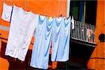 Vue d'angle faible de vêtements suspendus sur une corde à linge, Naples, Province de Naples, Campanie, Italie
