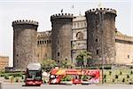 Autobus en face d'un château, Castel Nuovo de Naples, Province de Naples, Campanie, Italie