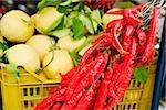 Les piments rouges avec goyaves à un marché de décrochage, Sorrento, péninsule de Sorrente, Province de Naples, Campanie, Italie