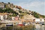 Les bateaux amarrés à proximité une jetée, Marina Grande, Capri, Sorrento, péninsule de Sorrente, Province de Naples, Campanie, Italie