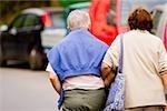 Vue arrière d'un couple supérieur à pied avec bras, Riviera italienne, Parc National des Cinque Terre, Vernazza, Corniglia, La Spezia, Ligurie, Italie