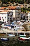 Vue d'angle élevé de bateaux dans un port, Marina Grande, Capri, Sorrento, péninsule de Sorrente, Province de Naples, Campanie, Italie