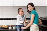 Jeune femme faisant des cookies avec sa fille dans la cuisine
