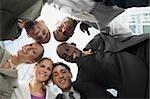 Vue d'angle faible de chefs d'entreprise dans un caucus