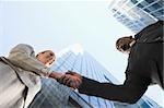 Faible angle vue d'un homme et une femme d'affaires lui serrer la main