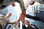Flachwinkelansicht von Führungskräften der Hände Stapeln