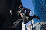 Low Angle View eines Unternehmers ausgeführt, in der Luft