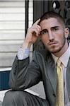 Portrait d'un homme d'affaires pense avec sa tête dans sa main