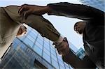Low Angle View of zwei Geschäftsleute Händeschütteln