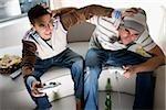 Vue grand angle de deux jeunes hommes jouant le jeu vidéo et du logement rugueuse