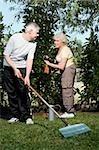 Senior couple ensemble de jardinage