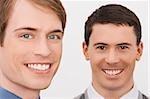 Portrait de deux hommes d'affaires souriant
